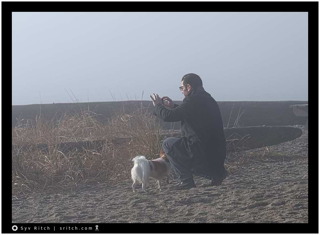 Photographing in the fog with his dog and a smartphone